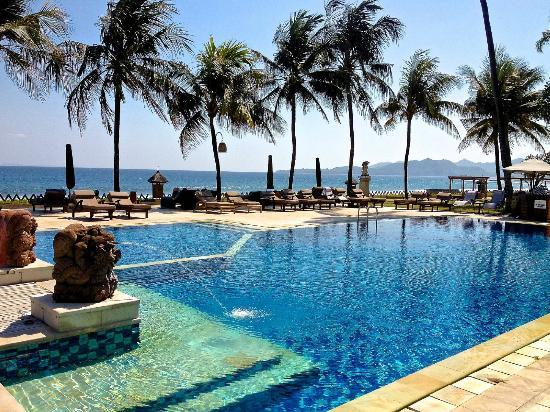 Rama Candidasa Resort & Spa: Pool on the ocean.