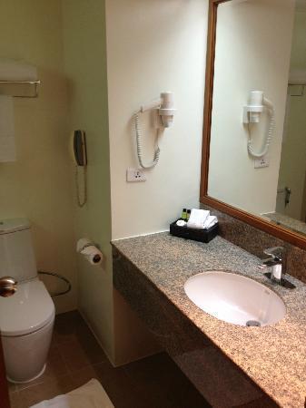 โรงแรมอมารี ดอนเมือง: bathroom