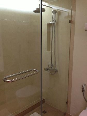 โรงแรมอมารี ดอนเมือง: the shower