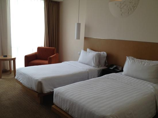 Novotel Bandung: Twin bed premier room on level 11.