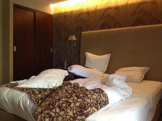 Y Hotel: room
