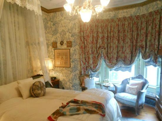 Seven Sisters Inn: Paris Suite