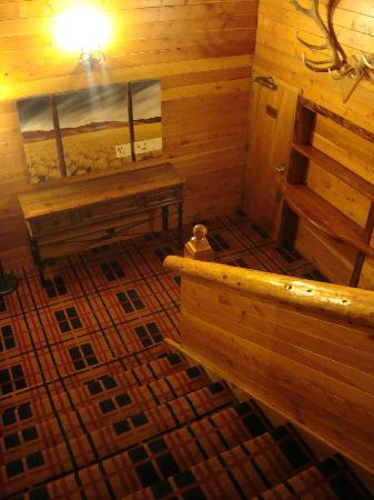 Powderhorn Chateau Mount Ruapehu: Stair landing between ground & second floor