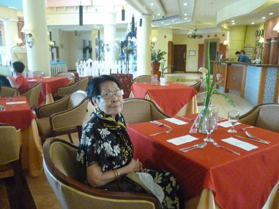 Hotel Elizabeth Baguio: Mom waiting for lunch at the Piano Bar
