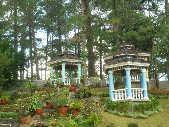 Hotel Elizabeth Baguio: The 3 charming gazebos in the garden
