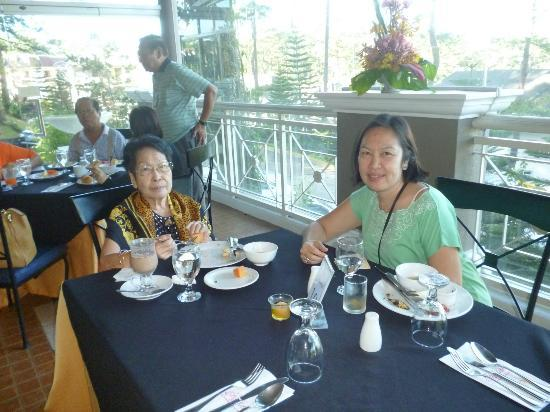 Hotel Elizabeth Baguio: Breakfast time at the Flora Cafe verandah
