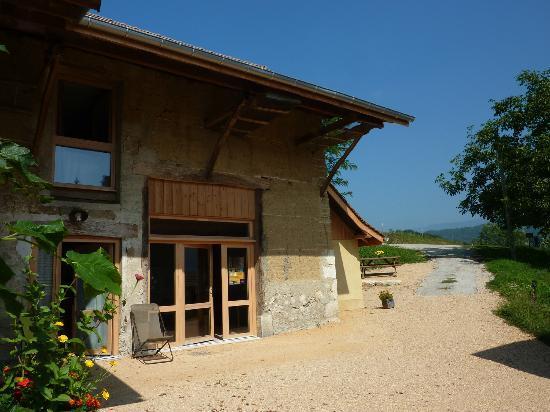 Côté Tilleul : Ancienne ferme en pisé qui abrite aujourd'hui les 3 chambres d'hôtes