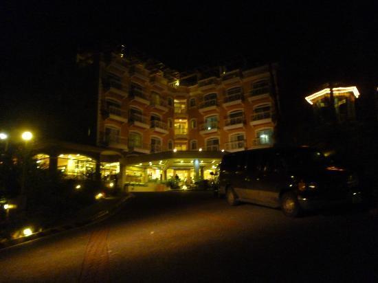 إليزابيث هوتل باجيو: Hotel Elizabeth at night 