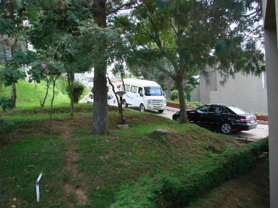 Kodai - By The Valley, A Sterling Holidays Resort: That is my black E-350 CDI.. Parked close to my room..