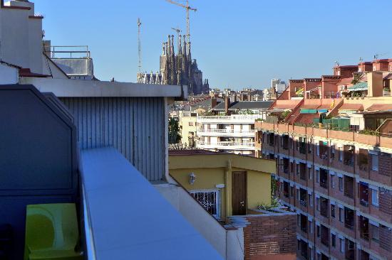 Leonardo Boutique Hotel Barcelona Sagrada Familia: Utsikt mot Sagrada Familia från takbalong