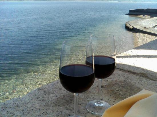 Restaurant La Piazzetta : ll tavolo piu' vicino alle acque del lago