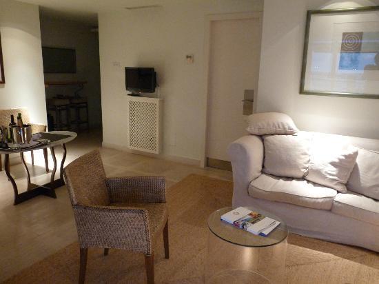 Club Maritimo de Sotogrande: sitting area of suite