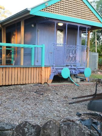Eumundi's Hidden Valley Bed and Breakfast: outside end of carriage