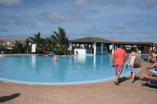 Melia Tortuga Beach Resort & Spa: Swim up pool bar
