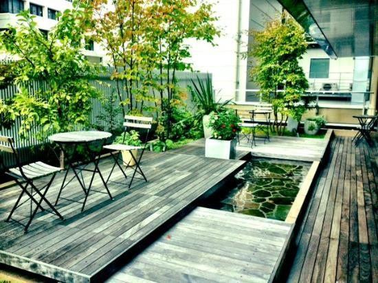 Hotel Niwa Tokyo: Outdoor deck for guests.