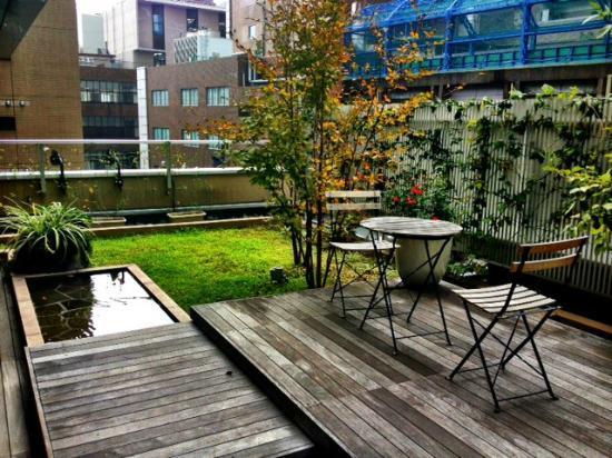 Hotel Niwa Tokyo: Relaxing outdoor deck.