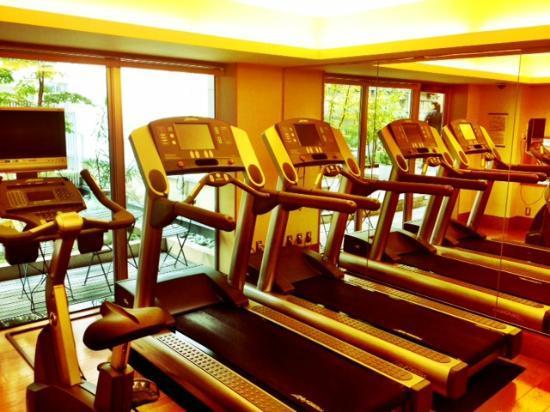 Hotel Niwa Tokyo: Workout room with treadmills.