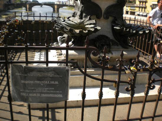 Ponte Vecchio: Lucchetti sulla statua del Cellini