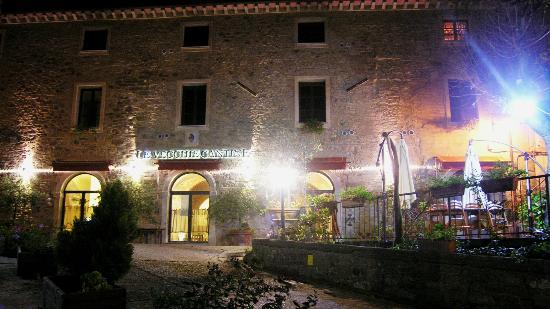 Le Vecchie Cantine: Hotel e piazza (notturno)