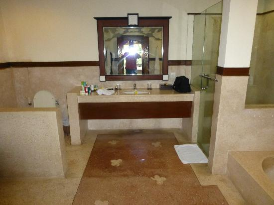 Kori Ubud Resort: Bathroom - toilet to left, cupboard to the left - shower and bath to the right