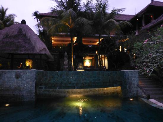 Kori Ubud Resort: The pool at night