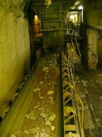 Queenstown Heritage Tours: Ore on the conveyor belt