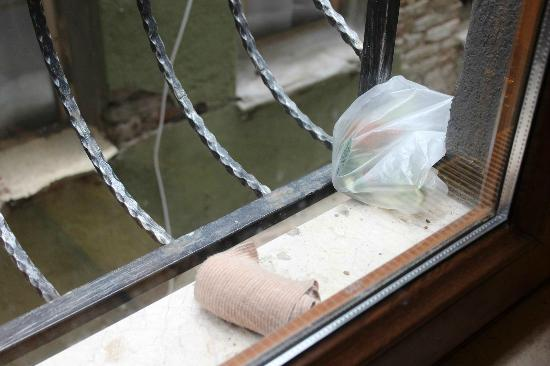 En Estambul Residences: rubbish at window