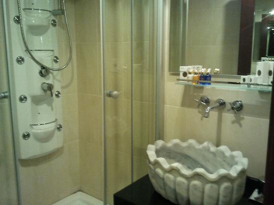 Burckin Suites Hotel: Bathroom