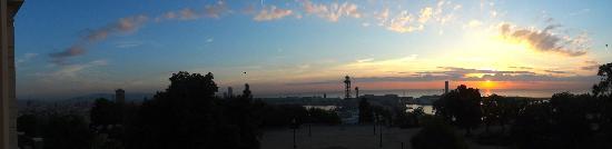 Hotel Miramar Barcelona: Vista do nascer do sol na varanda do quarto.