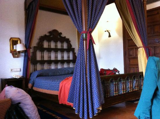 Parador de Tortosa: Four poster bed