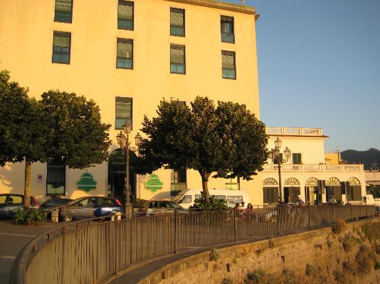 Panorama Palace Hotel: La facciata vista mare