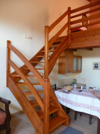 Nana Apartments : Stairs and dining area