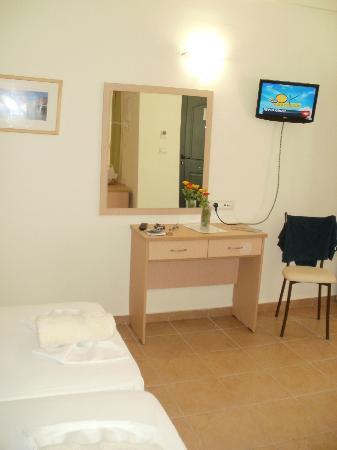 Athina Beach Hotel: tv
