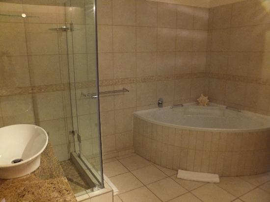 Aquamarine Guest House: Honeymoon suite bathroom