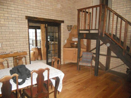 Backpackers Paradise & Joyrides: stairs to the bedrooms