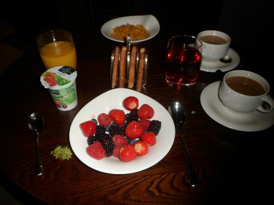 The Mere Golf Resort and Spa: Breakfast in room