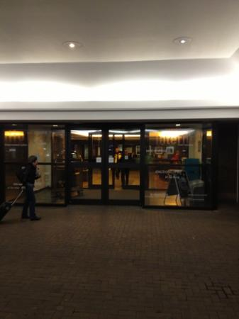 Hilton Edinburgh Airport: entrance