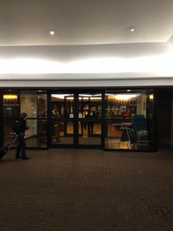 هيلتون إدنبره إيربورت: entrance 