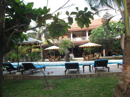 Kenyan House Boutique Hotel: vista dalla nostra camera della piscina e hotel
