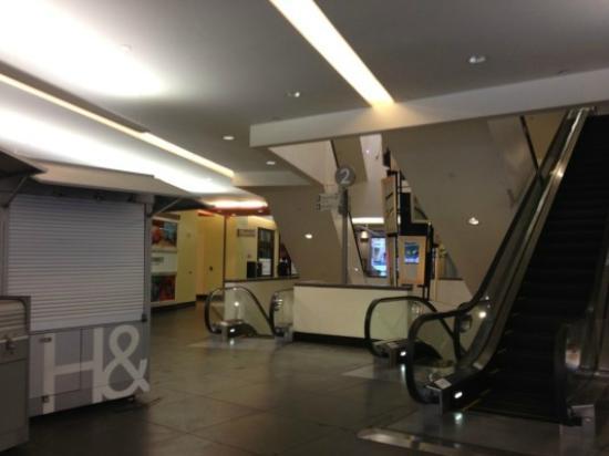 Hollywood Orchid Suites: 通路を抜けるとHollywood & Highlandの2階に出る 
