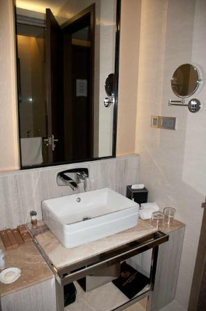 Kempinski Hotel Fleuve Congo: Bathroom with toiletries