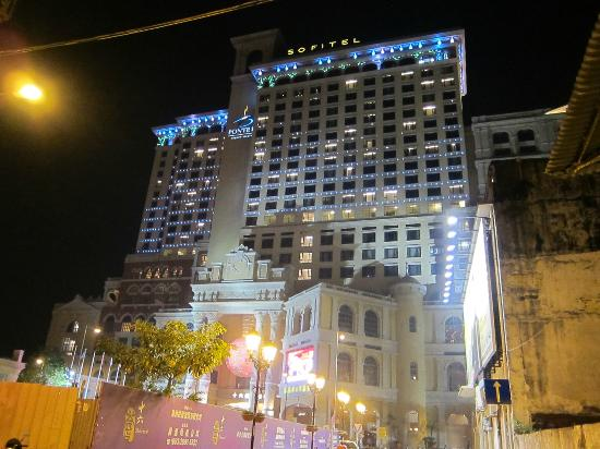 Sofitel Macau At Ponte 16 : Front view of hotel