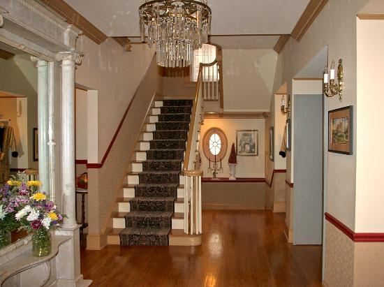The Lafayette Inn: Entrance hallway