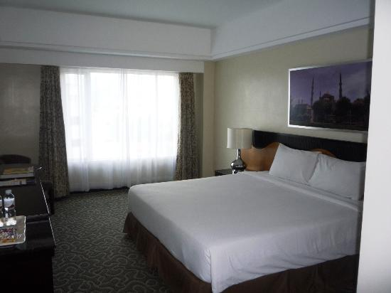 Hotel Elizabeth Cebu: Room - Windows & Bed
