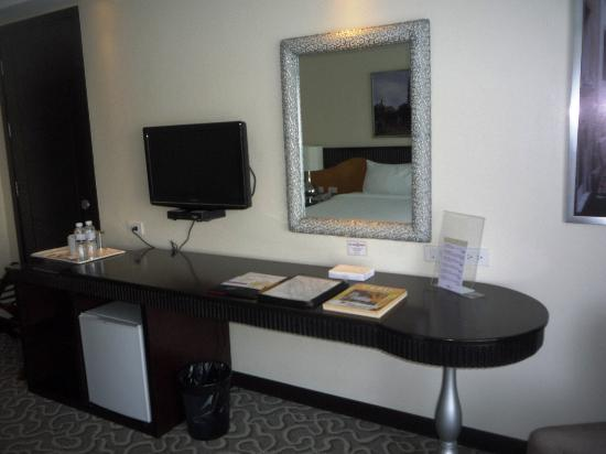 Hotel Elizabeth Cebu: Room - Table & TV