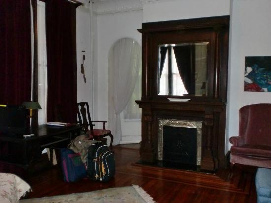 Fort Place Bed & Breakfast: Schlaf/Wohnbereich, li. neben dem Kamin ist ein kleiner Gang zur Küche und Bad