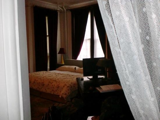 Fort Place Bed & Breakfast: Schlafbereich - Fenster zur Strasse