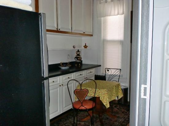 Fort Place Bed & Breakfast: Küche und Durchgang zum Bad (Duschkabine ist in der Küche)