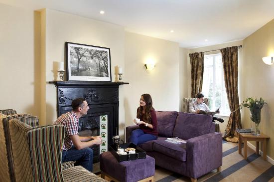 Tara Lodge: Relax in the Lounge