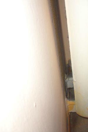 Hotel Erina: Derrière le radiateur